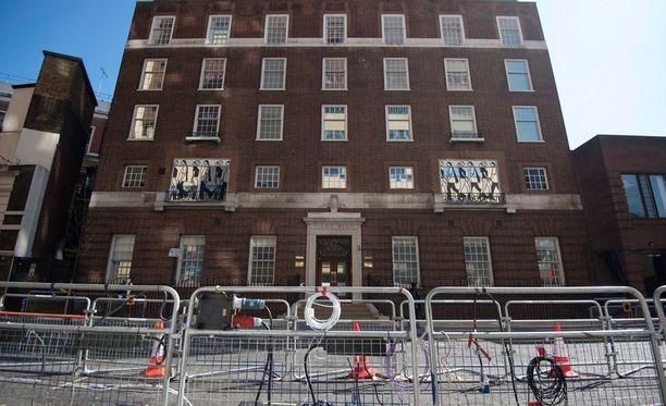 Catherine synnyttää St Mary's -sairaalassa Lontoossa.