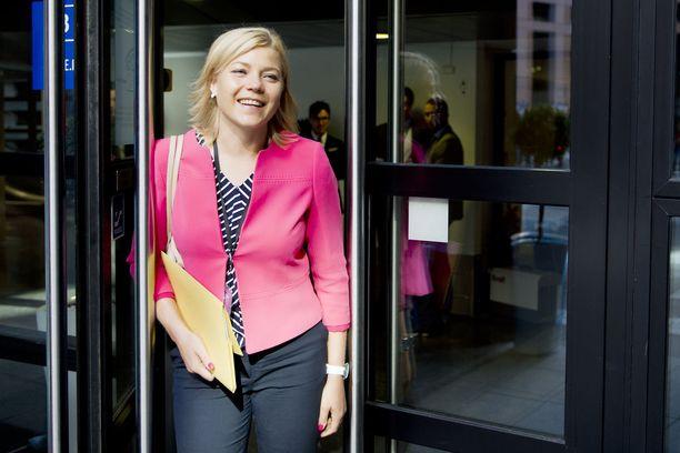 Europarlamentaarikko Henna Virkkunen hämmästyi: EU:n turvatakuulauseke ei näytä etenevän.