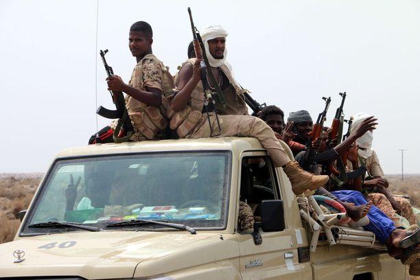 Saudien johtaman koalition mukana taistelevia sudanilaisjoukkoja eilen Hodeidan satamakaupungin ulkopuolella.