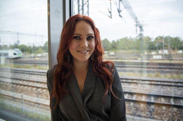 41-vuotias Mira Luoti julkaisee perjantaina toisen sooloalbuminsa Haureuden valtatiel. Turusta kotoisin olevan laulajan uusi levy on edellistä popimpi – ja vahvasti henkilökohtainen.