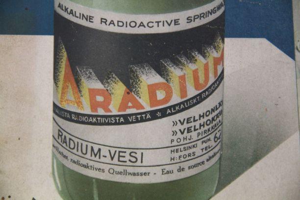 Jari Mäkelä löysi vuosikymmeniä sitten autokorjaamonsa kellarista vanhan Aradium-terveysjuoman mainoksen.