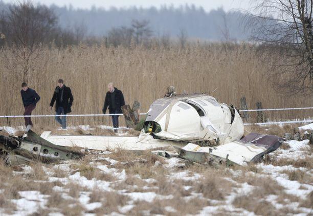 HURJAA JÄLKEÄ Kolme ihmistä selvisi lähes vammoitta, mutta kone romuttui lähes täysin.