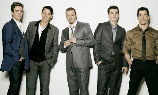 Tuoreessa promokuvassa poseeraavat aikuistuneet Nyykkärit. Vasemmalta: Joey McIntyre, Jonathan Knight, Donnie Wahlberg, Jordan Knight ja Danny Wood.