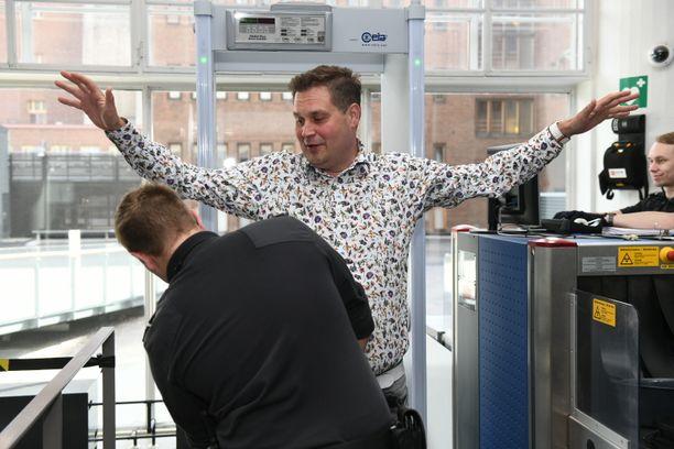 Jethro Rostedt on paikalla tänään Helsingin käräjäoikeudessa. Hurjasti hoikistunut mies joutui ensin turvatarkastukseen.