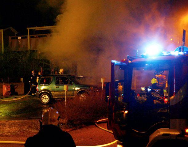 Kaksi autoa paloi voimakkaassa tulipalossa, joka sai alkunsa rivitaloyhtiön huoltorakennuksesta Espoon Saarninraiviossa.