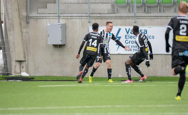 VPS juhlii Juha Hakolan 2-0-maalia.