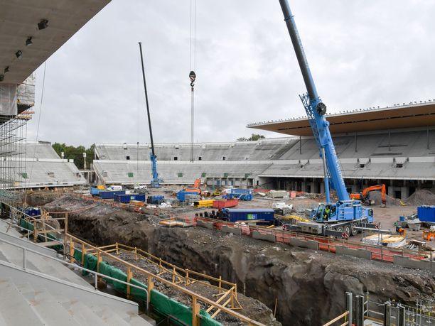 Helsingin olympiastadionia on myllätty uusiksi viimeisten kolmen vuoden ajan. Remontin on tarkoitus valmistua lopullisesti ensi vuonna. Kuva syyskuulta 2017.