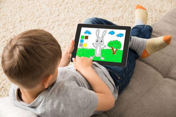 Lapset käyttävät yhä enemmän aikaa liikkuvan kuvan ja sosiaalisen median parissa.