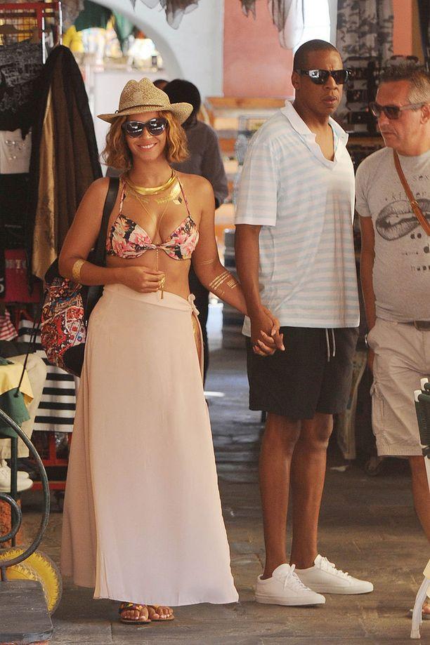 Beyonce herätti huomiota Italiassa rennossa loma-asussa, joka koostui kietaisuhameesta ja kukkabikineistä.