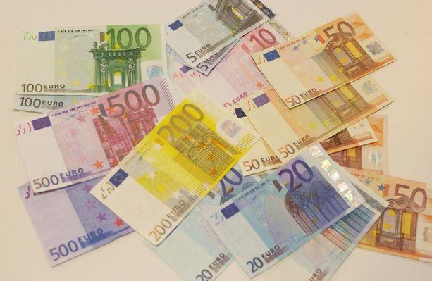 Käräjäoikeuden mukaan 200 euron setelit erottuvat valvontakameran tallenteella selvästi ruskeista viisikymppisistä. Vahinkoa hyväkseen käyttänyt asiakas tuomittiin kavalluksesta. Kuvan rahat eivät liity tapaukseen.