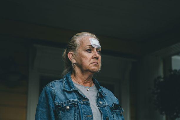 Jaana Saarisen näyttelemä nainen vapautuu vankilasta ja haluaa saada yhteyden tyttäreensä elokuvassa Äiti.