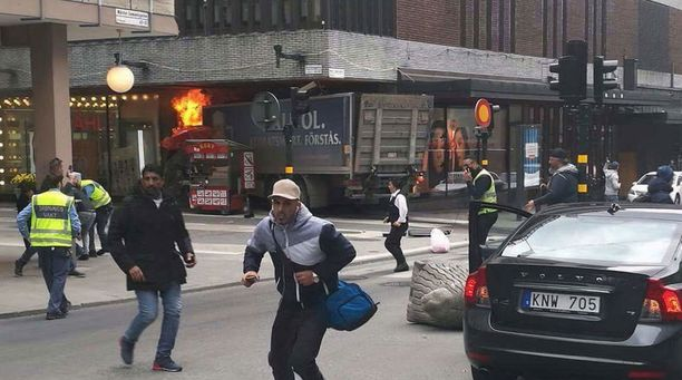 Kuorma-auto ajoi tänään iltapäivällä väkijoukkoon Tukholman keskustassa.