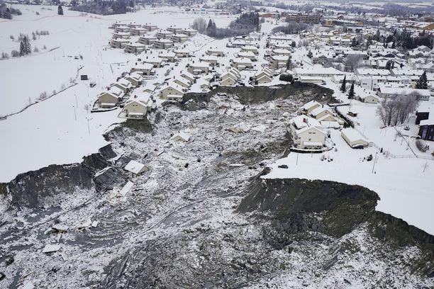Poliisi käynnistää kadonneiden etsinnät uudelleen Norjan tuhoisassa maanvyöryssä.
