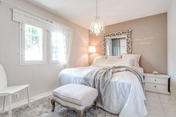 Glamouria tunnelmaa makuuhuoneeseen tuo sen tyyliin valittu peili sägynpäädyn sijaan. Tarvittaessa peili tuo myös pieneen huoneeseen tilan tuntua.