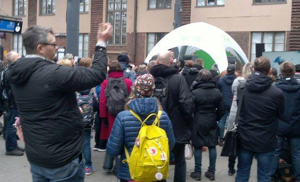 Helsingin päärautatieaseman laiturialueella juhlittiin kisojen ensimmäistä suomalaiskultaa.