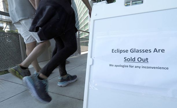 Auringonpimennyksen suosio on yllättänyt suojalasien kauppaajat USA:ssa. Kuva on Kalifornian Oaklandista, jossa pimennys on vain osittainen.