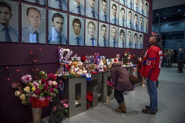 Jaroslavlin areenassa on iso muistomerkki lentoturmassa kuolleelle kauden 2011-2012 joukkueelle.