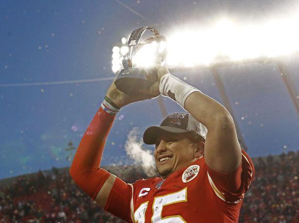 Kansas City Chiefsin Patrick Mahomes nosti jo konferenssi-pyttyä. Nouseeko käsille viikonloppuna myös Super Bowl -pysti?