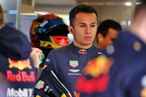 Alex Albon ajaa ensi kaudellakin Red Bull -haalareissa.