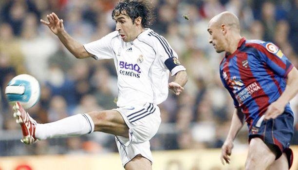Realin Raul (vas.) kikkailee ja Levanten José Alejandro Suárez ihmettelee.