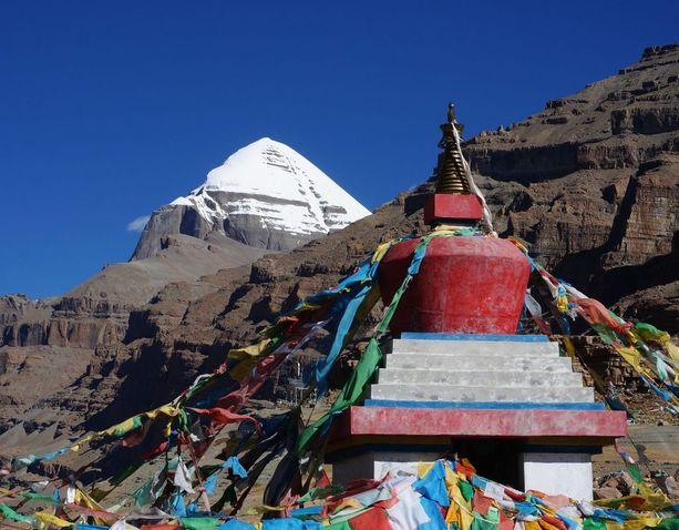 Hilsaan saapuu vuosittain tuhansia, enimmäkseen intialaisia pyhiinvaeltajia, jotka pyrkivät Kailasvuorelle (kuvassa) Tiibetiin.