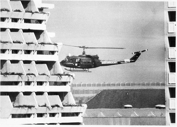 Terroristit ja panttivangit kuljetettiin kisakylästä lentokentälle kahdella helikopterilla.