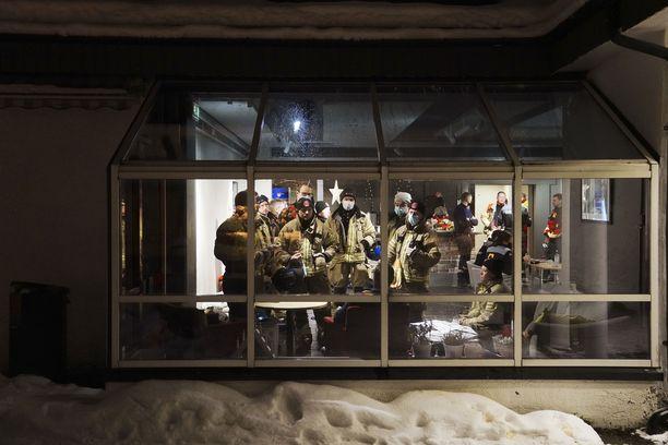 Vyöryalueella etsintöjä tekevien pelastajien määrää lisättiin lauantaina.