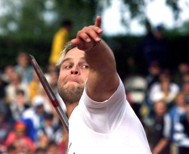 Sami Sax ylittii urallaan yhdeksällä perättäisellä kaudella 80 metriä. Kuva vuodelta 1999.