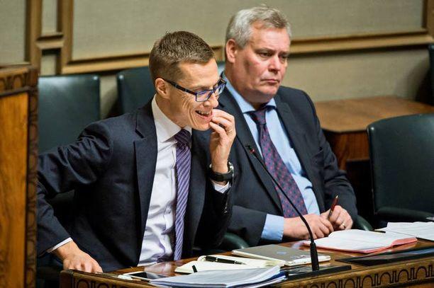 Alexander Stubb (kok) ja Antti Rinne (sd) peruivat kotihoidon tuen ja päivähoito-oikeuden leikkaamisen.