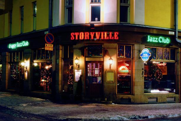 Vuosien aikana sadat suomalaiset ja ulkomaalaiset bändit ovat esiintyneet Storyvillen lavalla soittaen jazzia, bluesia tai rockabillya.