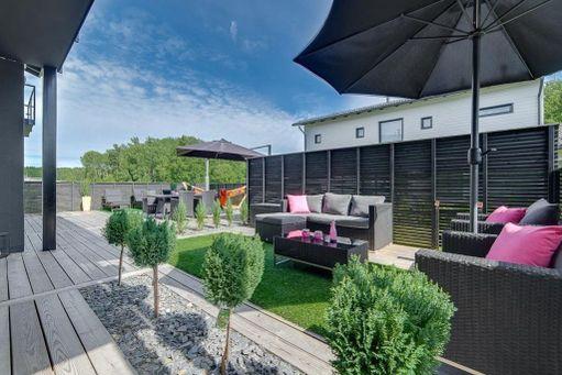 Harvassa talossa on näin valtavaa terassia kuin tässä Turun Hirvensalossa sijaitsevassa talossa. Aurinkoterassilta on kulkuyhteys lasiliukuovella olohuoneeseen.