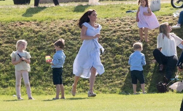Kuvat poolotapahtumasta todistavat Catherinen todella joutuvan juoksemaan vilkkaiden pikkukuninkaallistensa perässä.