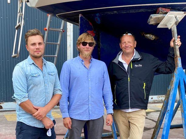 Johannes Brandt (kesk.) yhdessä toisen miehistöön kuuluvan suomalaisen Michael Rosenbackin (vas.) ja kapteeni Justin Crowtherin (oik.) kanssa.