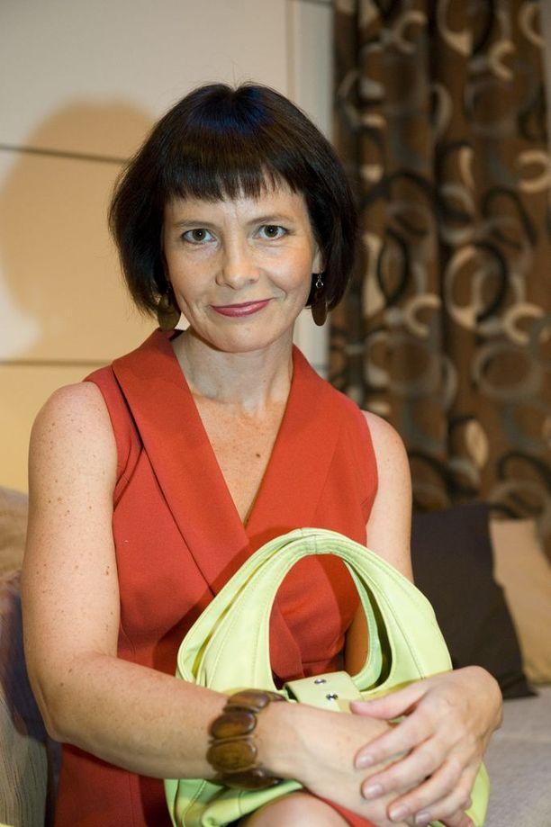 Emilia Pokkista on nähty Irene Raikkaan roolin jälkeen enemmän teatterissa kuin televisiosarjoissa. Tampereella vaikuttava näyttelijä on kuitenkin nähty vierailemassa Sykkeessä ja isommin sarjassa Tehdas.
