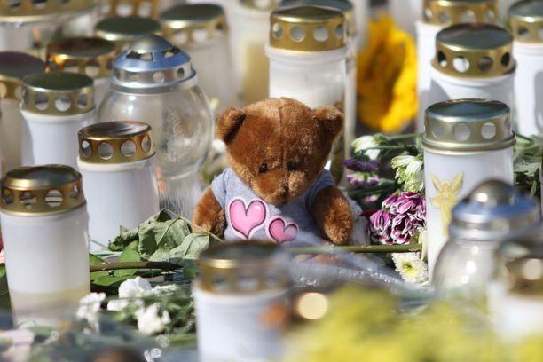 Turun puukotusten uhrien muistoksi tuotiin kynttilöitä Kauppatorille elokuussa.