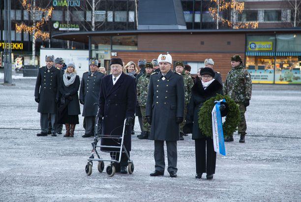 Seppeleen laskivat veteraani Kalevi Raatikainen, maavoimien komentaja kenraaliluutnantti Petri Hulkko  ja Mikkelin  kaupunginvaltuuston puheenjohjaja Seija Kuikka.
