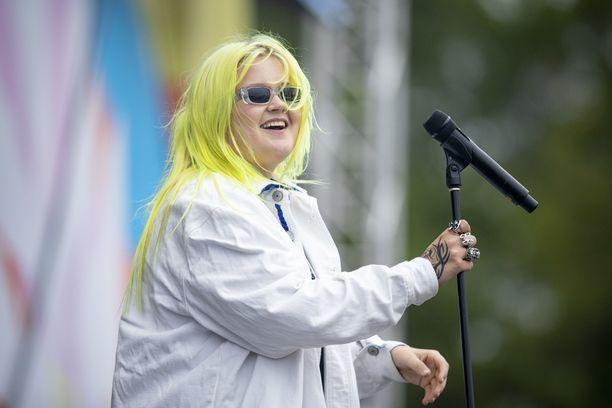Alma esiintyi Ruisrockin Rantalavalla perjantain illassa.