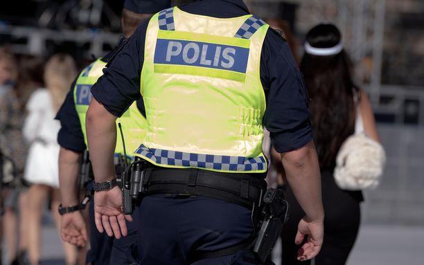 Poliisi lisää muun muassa läsnäoloaan tietyillä paikoilla. Kuvituskuva.