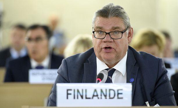 Ulkoasiainministeri Timo Soinin (sin) titteli on joutumassa leikkuriin.