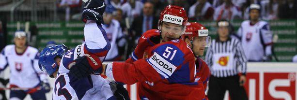 Venäjän Fjodor Tjutin vääntää Slovakian Tomas Surovyn kanssa.