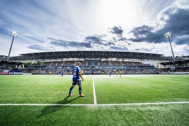 Puolet Veikkausliigan joukkueista pelaa kumirouhetta sisältävällä tekonurmella. Kuvassa HJK:n kotikenttä.