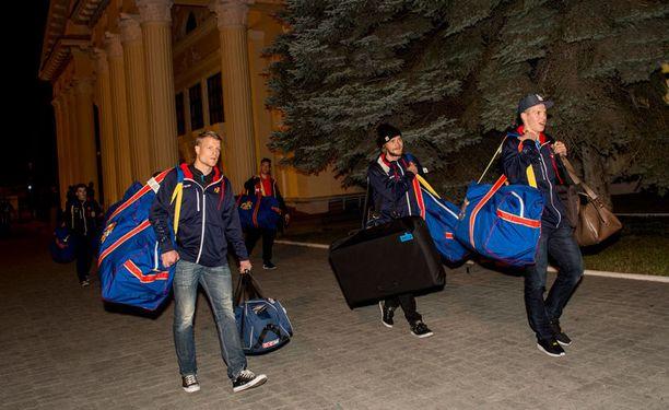 Tsheljabinskissa kello oli 22.30, kun koko matkan ajan Suomen aikaa elävät Jokerien pelaajat astelivat ulos lentokentältä.