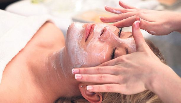 Kasvohoito kesken kiireisen päivän napakoittaa ihoa ja ennen kaikkea virkistää mieltä.