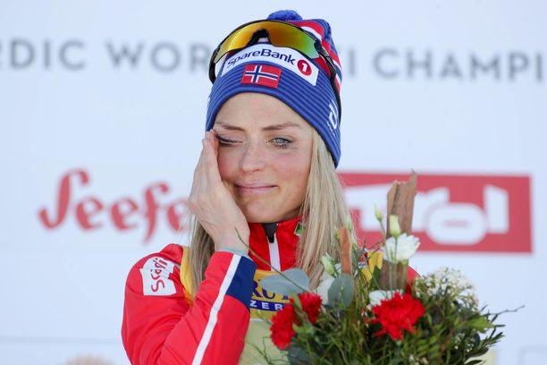 Therese Johaug ei voinut itkulle mitään, kun Norjan kansallislaulu soi.
