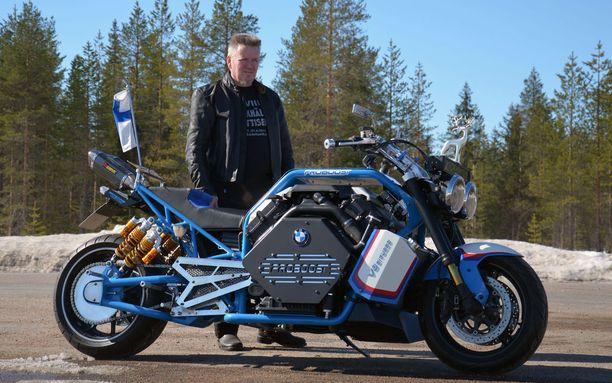 Pyörä on todella pitkä - peräti 2,65 metriä. Takana rakentaja itse.