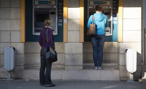 Asiakkaat jonottivat automaatille Bank of Cyprusin konttorilla Nikosiassa.
