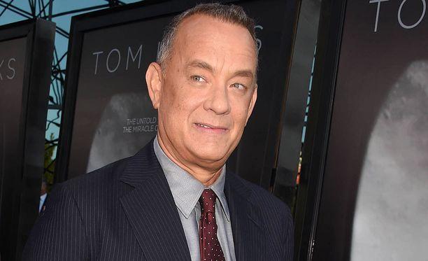 Tom Hanks hauskuutti vihkiparia.