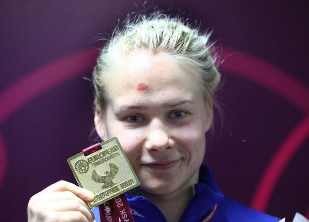 Petra Olli paini EM-kultaa, vaikka käsi oli pahasti hajalla.