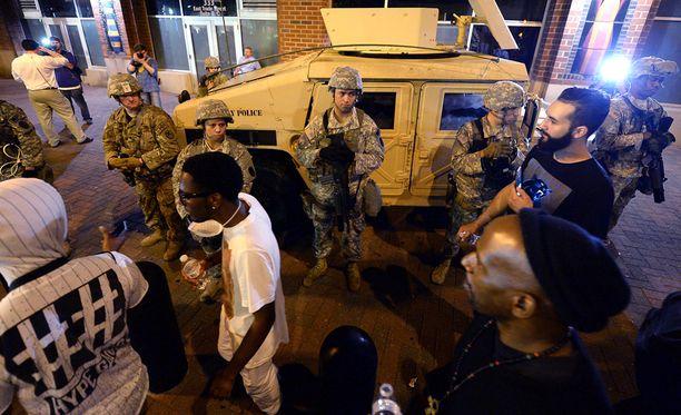 Mielenosoitukset alkoivat Charlottessa, kun poliisi ampui tummaihoisen miehen tiistaina.