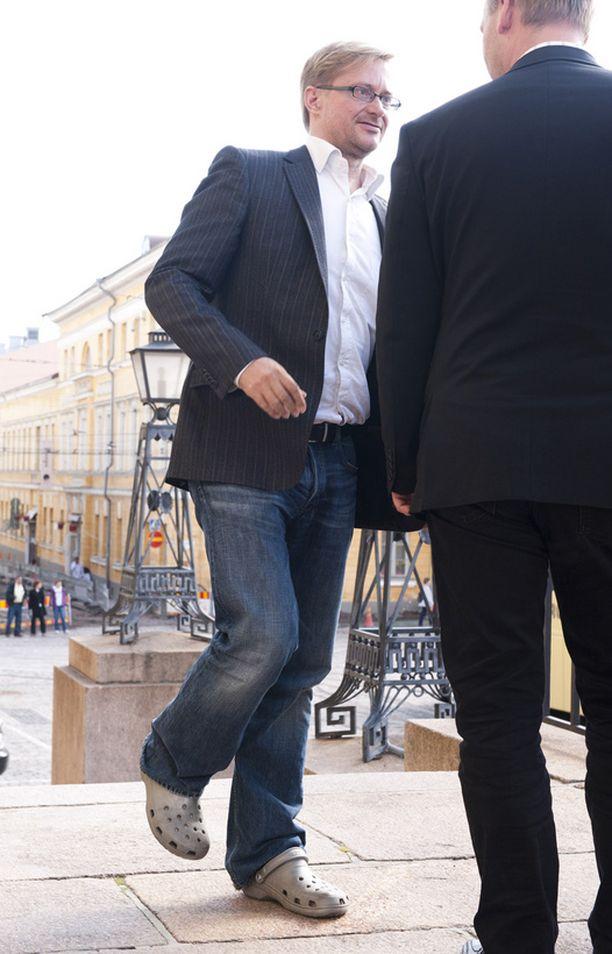 Muovisandaaleissa SDP:n puoluesihteeri Mikael Jungner saapui Crocsit jalassa valtioneuvoston linnaan, missä Paavo Lipposen presidenttiehdokkuutta käsitellyt tiedotustilaisuus oli juuri alkamassa viime torstaina. Jungner kertoi Iltalehdelle, että oli satuttanut jalkansa, eikä turvonneeseen jalkaan mahtunut tällä kertaa mikään muu kuin kyseinen sandaali.
